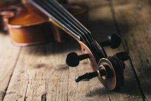 Liegende Geige auf Holz an Musikschule Detmold