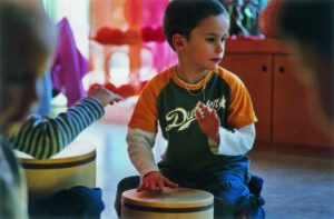 Junge bei Musikalischer Früherziehung der Musikschule Detmold